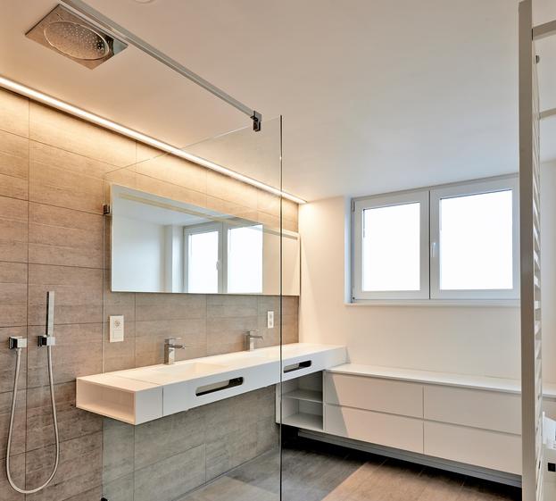 Badeværelsesbelysning – Ideer, regler og vejledning til det rigtige valg